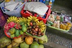 在一个市场上的热带果子摊位在巴厘岛 免版税库存照片