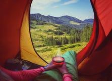 在一个帐篷的妇女用咖啡 库存图片
