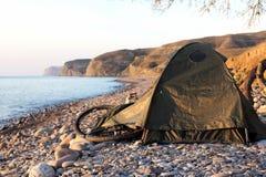 在一个帐篷的逗留有自行车的 免版税库存图片