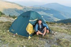 在一个帐篷附近的游人在山 免版税图库摄影