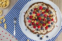 在一个帕夫洛娃蛋糕的顶视图与香草奶油和森林结果实 免版税库存照片