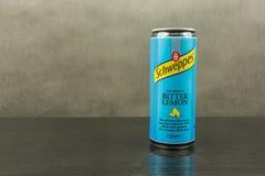 在一个带苦味柠檬味道- Schweppes品牌的碳酸化合的软饮料 库存照片