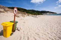 在一个干净的海滩的垃圾框。 免版税库存图片
