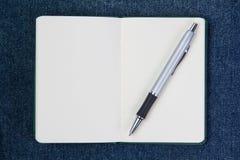 在一个干净的笔记本的圆珠笔。 图库摄影