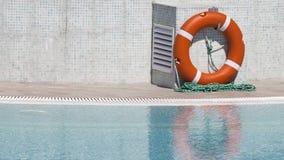在一个干净的水池附近的Lifebuoy 免版税图库摄影
