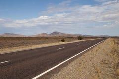 在一个干旱的风景的在内地高速公路 库存图片