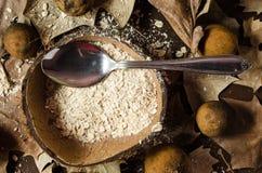 在一个干椰子中间服务的燕麦粥盘 图库摄影