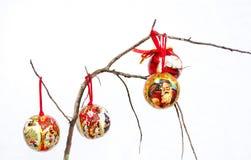 在一个干燥分支的三红色圣诞节装饰 免版税图库摄影