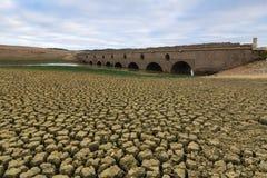 在一个干燥水坝的罗马桥梁 库存图片