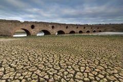 在一个干燥水坝的罗马桥梁 免版税库存照片