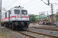 在一个平交路口的印地安火车 免版税库存照片