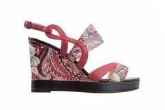 在一个平台的女性凉鞋有一个抽象样式的 免版税库存图片