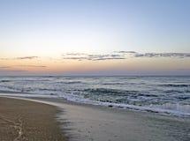 在一个平安的孤立海滩的美好的日落 免版税库存图片