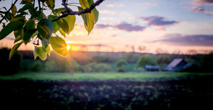 在一个平安的欧洲村庄风景的美好的日落 库存图片