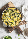 在一个平底锅的土豆和菠菜玉米粉薄烙饼在轻的背景 可口开胃菜或快餐 库存照片
