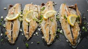 在一个平底锅的烧烤鱼用调味品和柠檬 股票录像