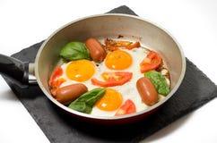 在一个平底锅的荷包蛋在板岩立场 免版税库存图片