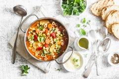在一个平底锅的蔬菜通心粉汤汤在一张轻的桌上,顶视图 与面团和季节性菜的意大利汤 可口素食食物co 库存图片