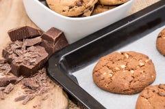 在一个平板炉的新鲜的曲奇饼用巧克力片 免版税库存图片