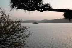 在一个平静的湖中间的一个亚洲眺望台 库存照片
