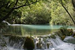 在一个平静的湖版本1的瀑布的3 免版税库存照片