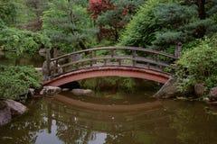 在一个平静的设置的一座桥梁 免版税库存图片
