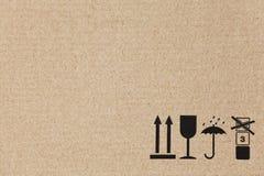 在一个平面的棕色纸板箱的标准符号 库存图片