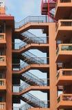 在一个庄园的老具体公寓与连接的台阶 免版税库存图片