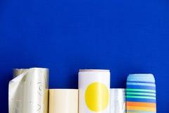 在一个底下边界的五颜六色的缎带包装 免版税库存照片