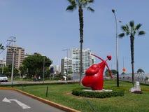 在一个庭院的红色心脏雕象在米拉弗洛雷斯,利马 免版税库存照片