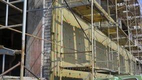在一个建造场所的脚手架在白天 股票录像
