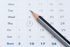 在一个开放日历企业议程中的灰色铅笔 免版税库存图片