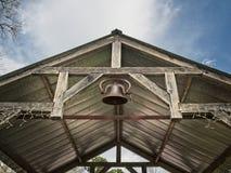 在一个开放木大厦的响铃 免版税库存图片