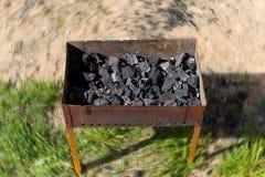 在一个开放木炭格栅的灼烧的木头,在火盆的煤炭 库存图片