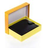 在一个开放礼物盒的人的钱包 免版税库存图片