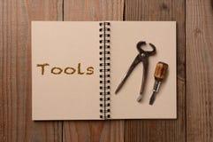 在一个开放笔记本的工具 库存照片