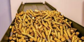 在一个开放金属箱子的反射性金黄子弹 免版税库存图片