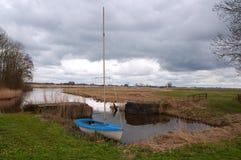 在一个开放风景的一艘一点帆船 免版税库存图片