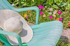 在一个开花的夏天庭院里放松 库存照片