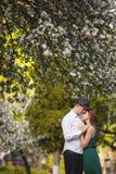 在一个开花的苹果的年轻人和妇女夫妇从事园艺 库存图片