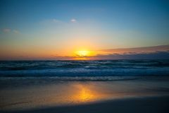 在一个异乎寻常的海滩的惊人的美好的日落 库存图片