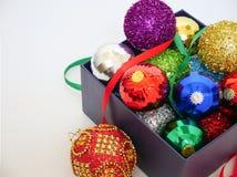 在一个当前猜错的圣诞节球 免版税库存照片