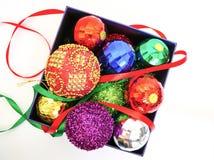 在一个当前箱子的圣诞节球 免版税库存照片