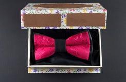 在一个当前箱子的红色蝶形领结 免版税库存图片