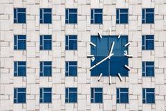 在一个当代大厦门面的时钟 免版税库存图片
