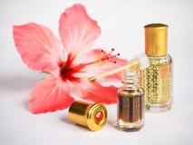 在一个微型瓶的阿拉伯玫瑰油 被集中的oud油香水 免版税图库摄影