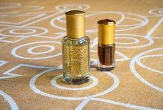 在一个微型瓶的阿拉伯玫瑰油 被集中的oud油香水 库存图片