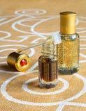 在一个微型瓶的阿拉伯玫瑰油 被集中的oud油香水 免版税库存照片