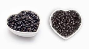 在一个心形的碗的黑豆 免版税库存照片