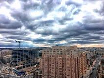 在一个忙碌的城市的风雨如磐的日落 免版税库存照片